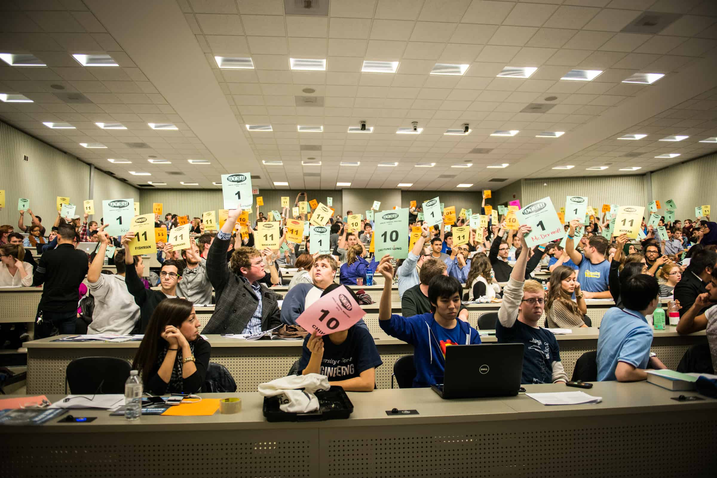 Students vote against the adoption of the agenda at the UTSU annual general meeting. BERNARDA GOSPIC/THE VARSITY