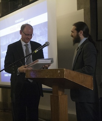 Toronto350′s Stuart Basden presenting the proposal to a U of T representative. CAROLYN LEVETT/THE VARSITY